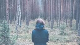 Aufmerksamkeit kann Leben retten - Frau im Wald
