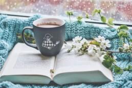Tricks gegen Angst und Depression in der Corona Pandemie - Erholung mit Buch und Kaffee