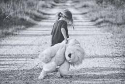 Wie körperlicher und psychischer Missbrauch mein Leben zeichnete - Kleines Mädchen mit Teddybär