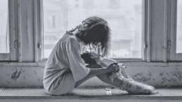 Mein Leben mit der Diagnose ADHS und Depression - Trauriges Mädchen mit Puppe
